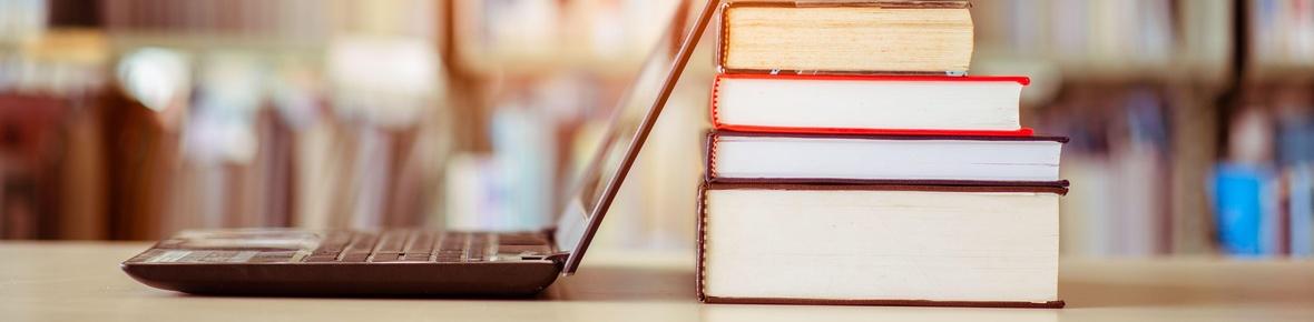 Themenbild Rechtliche Grundlagen mit Büchern und Laptop