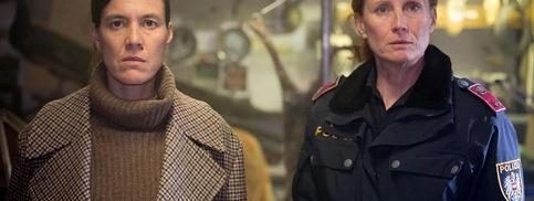 Oberinspektorin Acham (links, Pia Hierzegger), Polizistin Schober (Jutta Fastian)