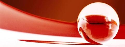 Glaskugel auf rot-weißem Grund